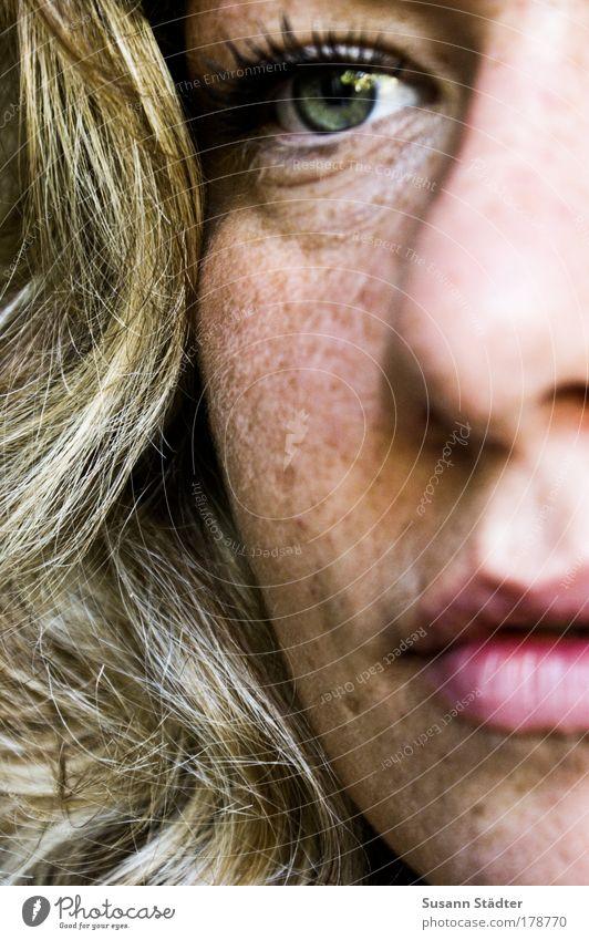 Schritt nach vorn Frau Jugendliche grün Gesicht Auge feminin Haare & Frisuren Kopf Mund warten Haut blond Erwachsene Nase Wachstum Lippen