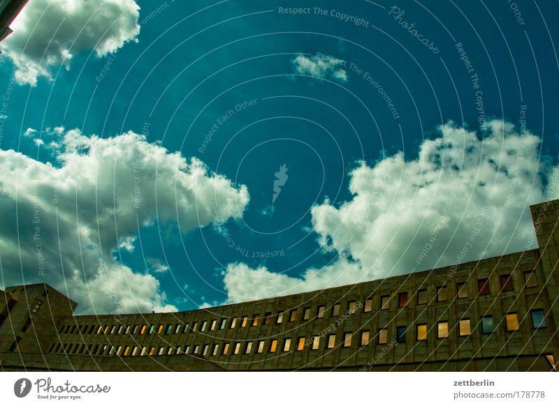 Aufarbeitung Himmel Wolken Haus Fenster Berlin Architektur Gebäude Fassade Beton Bauwerk Fensterscheibe Mieter Stadthaus Vorderseite Glasscheibe