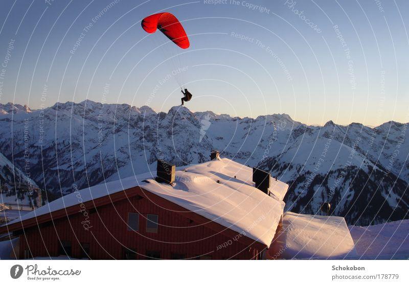 on the top Mensch Natur blau Landschaft Freude Winter kalt Berge u. Gebirge Leben Sport fliegen oben hoch Lebensfreude Abenteuer Dach