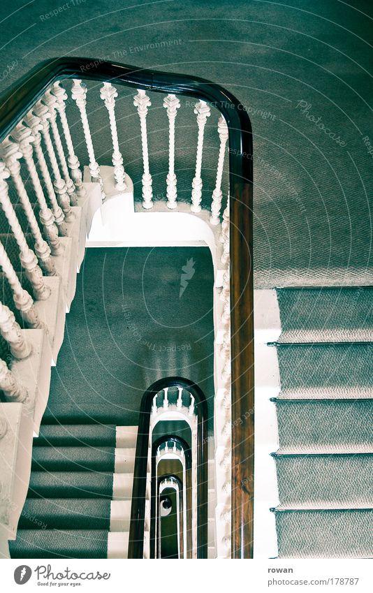 treppab Farbfoto Innenaufnahme Tag Haus grün Treppe Treppenhaus Geländer Teppich alt retro altehrwürdig hoch aufsteigen vertikal Wiederholung Architektur
