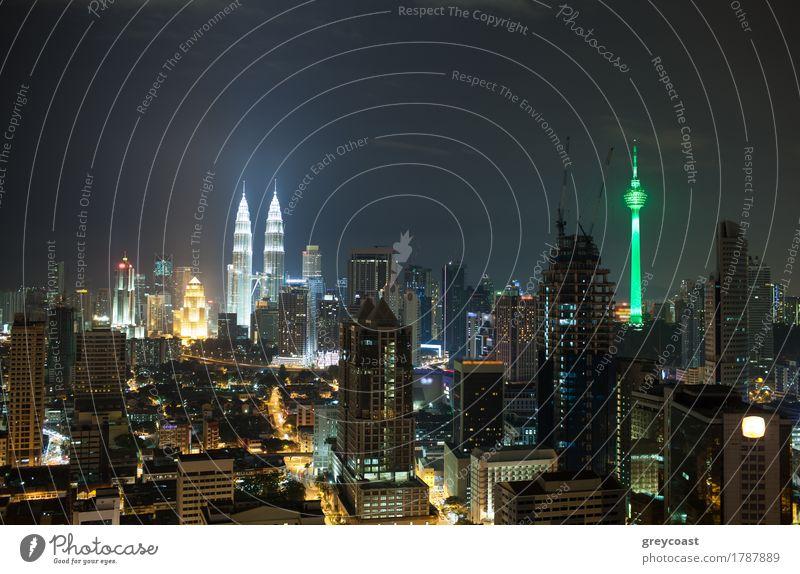 Panorama von Kuala Lumpur bei Nacht. Beleuchtete Gebäude und Wolkenkratzer in der Hauptstadt von Malaysia. Menara KL Tower und Petronas Towers dominieren über die Stadtarchitektur