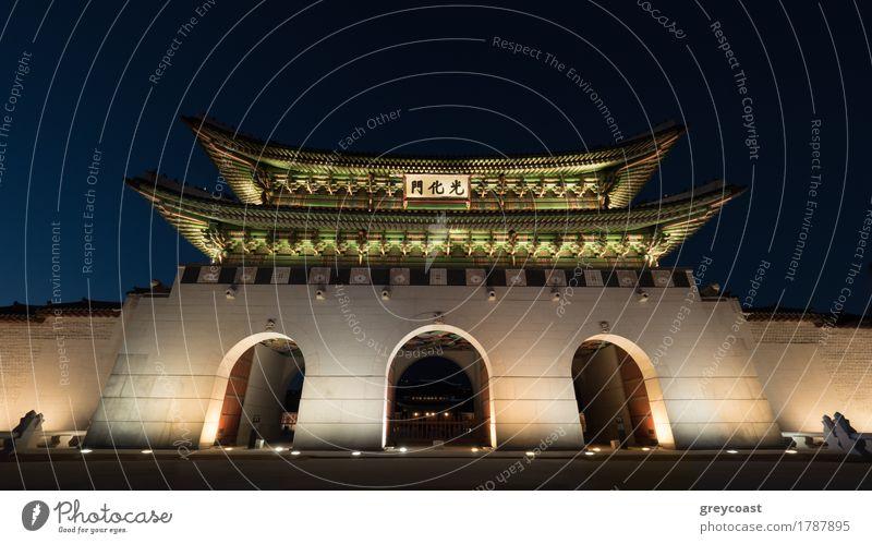 Tiefwinkelaufnahme des beleuchteten Drei-Portal-Tors Gwanghwamun bei Nacht. Wahrzeichen von Seoul, Südkorea Ferien & Urlaub & Reisen Tourismus Sightseeing Stadt