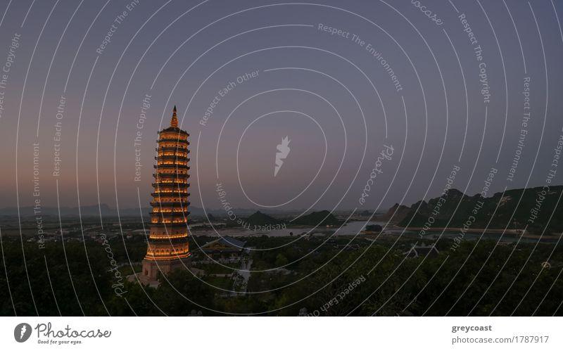 Dinh-Pagoden-Komplex am späten Abend mit beleuchtetem Hochturm-Tempel. Sightseeing in Vietnam Ferien & Urlaub & Reisen Tourismus Kultur Gebäude Architektur