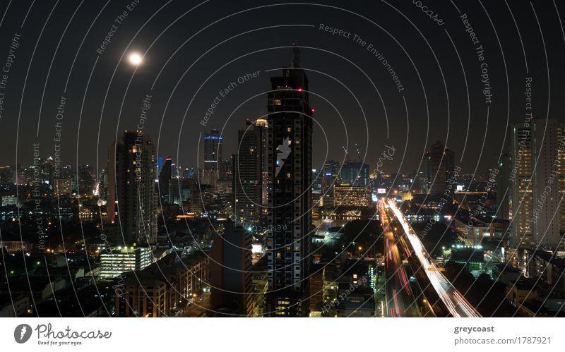 Bangkok-Panorama bei Nacht. Blick auf die beleuchteten Hochhäuser und Wolkenkratzer mit Transportverkehr auf dem Highway. Hauptstadt von Thailand Mond Stadt