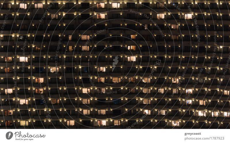 Fassade eines Hochhauses mit Balkonen. Elektrische Lichter in einigen Fenstern. Wohnen in Bangkok, Thailand Wohnung Haus Stadt Gebäude Architektur Beileid