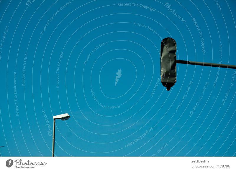 Ampel und Lampe Laterne Licht Beleuchtung Straßenbeleuchtung Verkehr Straßenverkehr Verkehrsregel Regel Ordnung sitte Vorfahrt rot gelb grün verdeckt verpackt