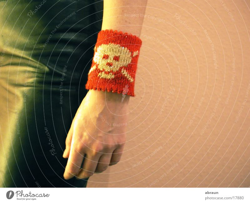 armband mit totenkopf rot Arme rosa obskur Schädel