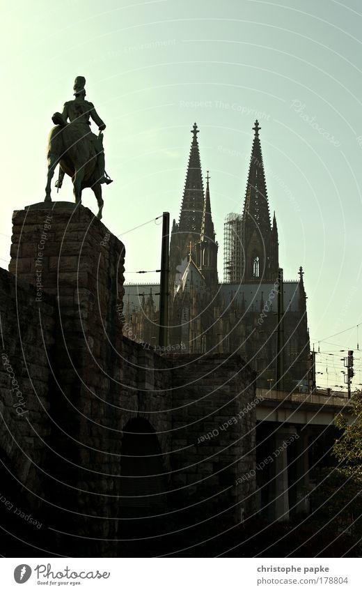 Dom mal von hinten Stadt Straße Architektur Gebäude Religion & Glaube Deutschland maskulin Kitsch historisch Pferd Bauwerk Denkmal Stadtzentrum Wahrzeichen Sehenswürdigkeit Skulptur