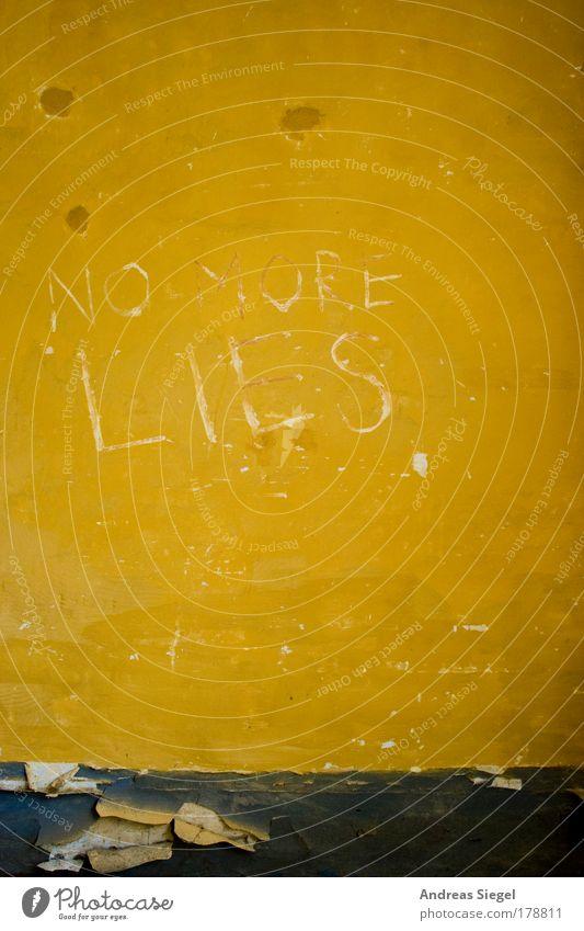 NO MORE LIES weiß Farbe gelb Wand Graffiti grau Gebäude Stein Mauer Fassade Beton kaputt Schriftzeichen trist verfallen trashig