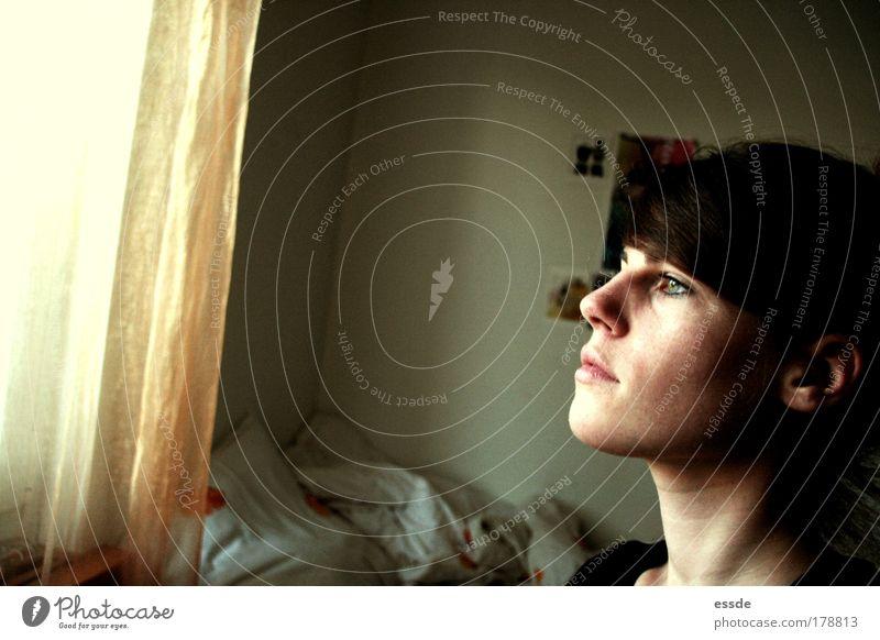 vermissen ruhig Einsamkeit Ferne feminin Wand Fenster träumen Kopf Mauer Denken Stimmung gold Beton Perspektive Zukunft authentisch