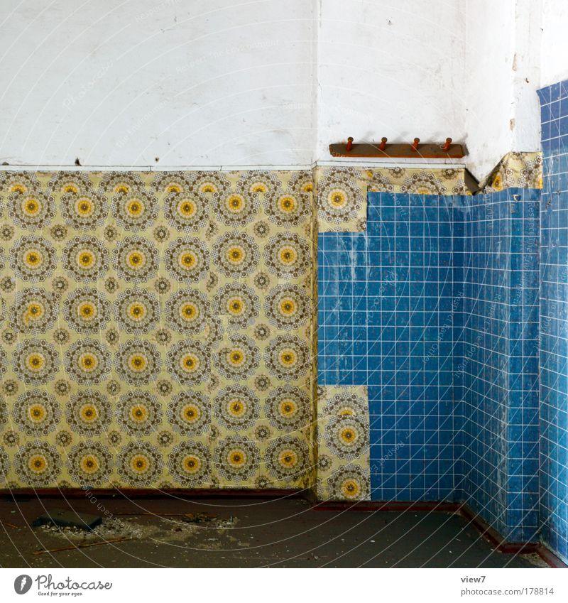 Wand und Gestaltung blau gelb Ferne Stein Linie Raum dreckig Wohnung Ordnung ästhetisch Bad kaputt authentisch Wandel & Veränderung Dekoration & Verzierung