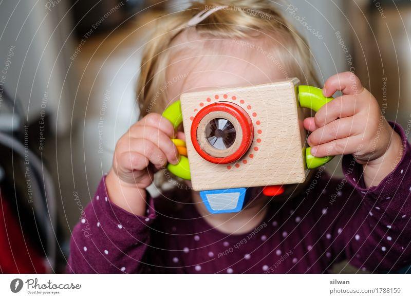 Mädchen mit Spielzeug Kamera Mensch Kind ruhig Freude lustig feminin Holz braun Freizeit & Hobby frisch blond warten einfach beobachten Coolness