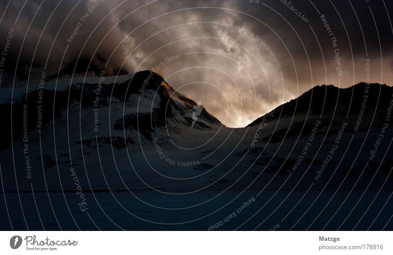 Hinter den Bergen regieren die Götter Farbfoto Außenaufnahme Menschenleer Textfreiraum unten Abend Dämmerung Licht Schatten Kontrast Gegenlicht Weitwinkel