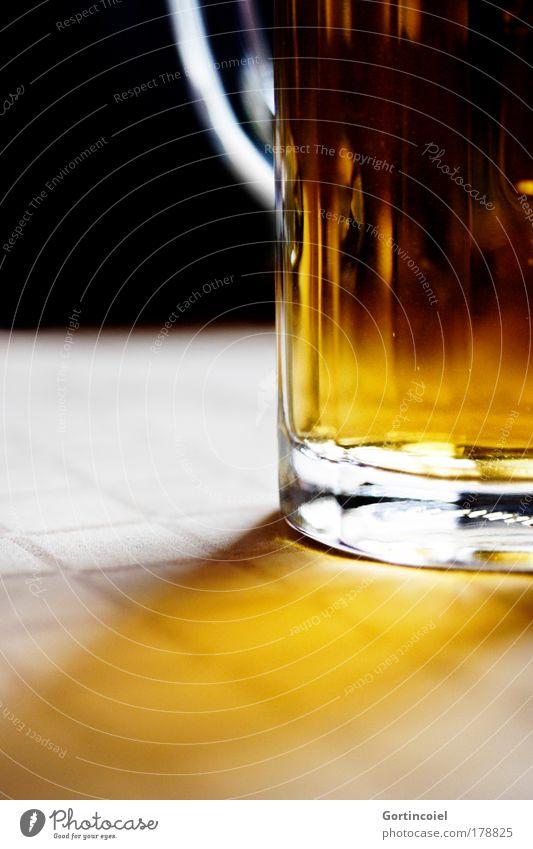 Bier Glas Getränk genießen Alkohol Oktoberfest voll Lichteinfall Lichtschein Hopfen Tragegriff Bierglas Bierkrug