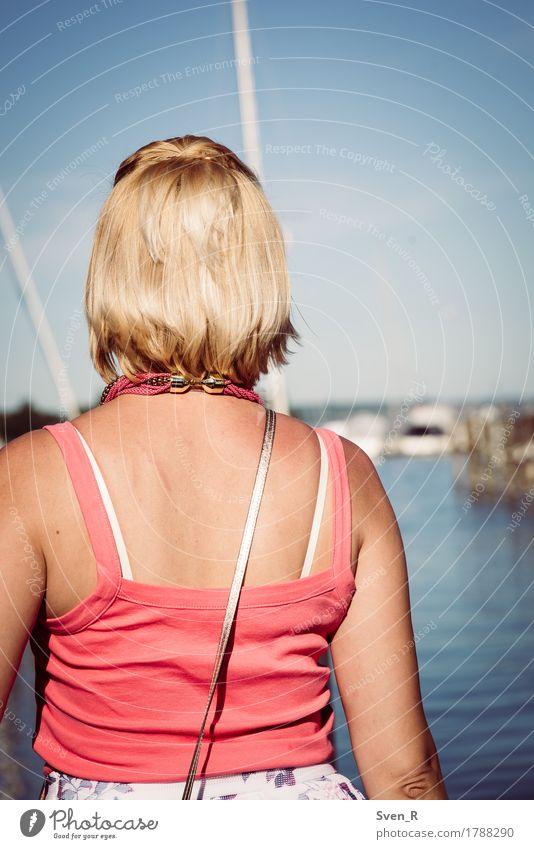 View Mensch feminin Junge Frau Jugendliche Erwachsene 1 30-45 Jahre Wasser Sonne Sommer Seeufer blond Unendlichkeit ruhig Ferne Farbfoto Außenaufnahme Tag Licht