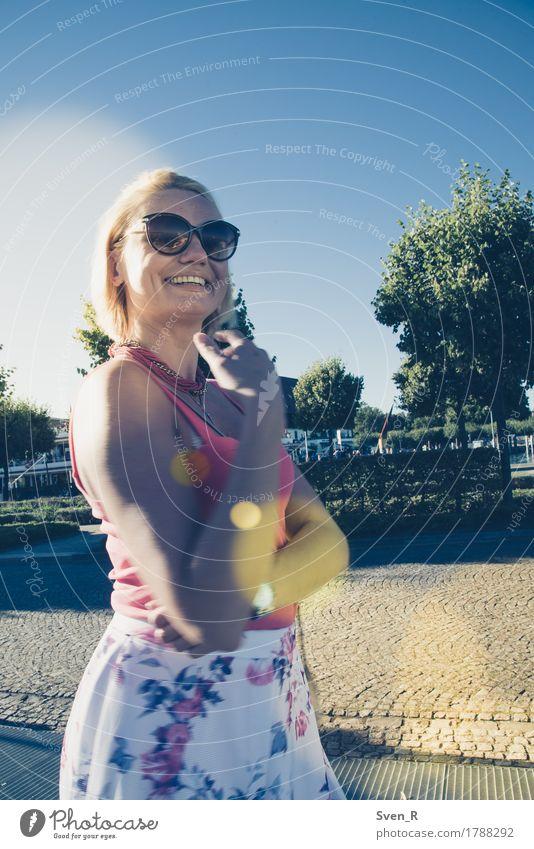 Lebensfreude Mensch Frau Jugendliche schön Junge Frau Erwachsene Wärme feminin lachen Glück gehen Zufriedenheit blond authentisch Fröhlichkeit