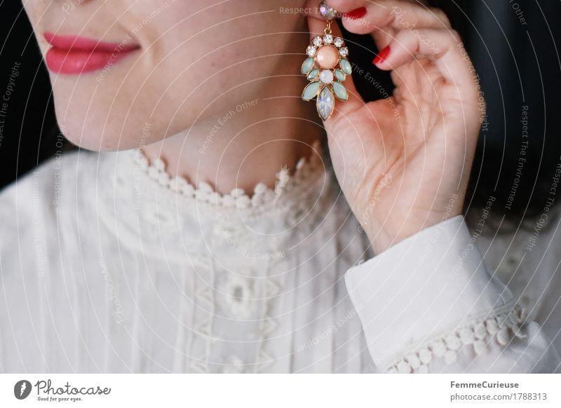 Dekorativ_1788313 Reichtum elegant Stil schön feminin Junge Frau Jugendliche Erwachsene 18-30 Jahre ästhetisch Schmuckhersteller Mode Ohrringe glänzend