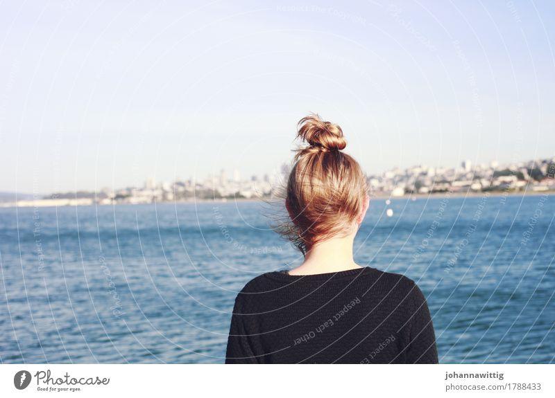 jeder mensch braucht einen hafen. Himmel Jugendliche Junge Frau Wasser Meer Einsamkeit 18-30 Jahre Erwachsene Leben Frühling Herbst Küste feminin Denken Haare & Frisuren Kopf