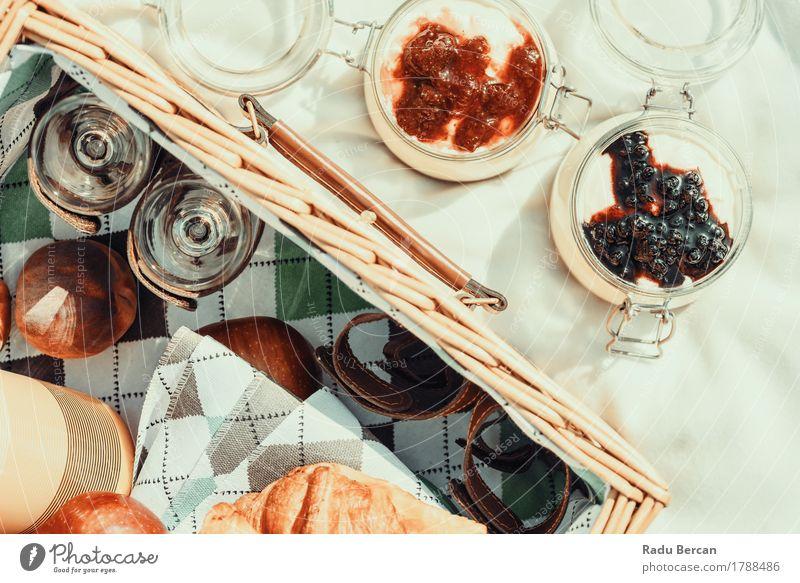 Picknick-Korb und Blaubeer- und Erdbeermarmeladen-Käsekuchen Marmelade Ernährung Essen Mittagessen Erholung Freizeit & Hobby Ferien & Urlaub & Reisen Sommer