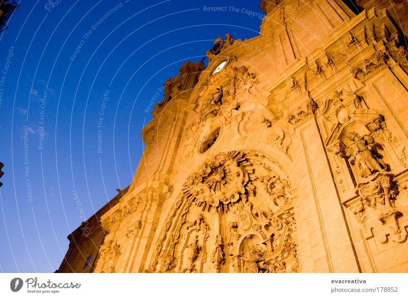 Farbfoto Außenaufnahme Menschenleer Nacht Blitzlichtaufnahme Rückansicht Blick nach oben Kunst Kultur San Sebastián Spanien Hauptstadt Kirche Dom