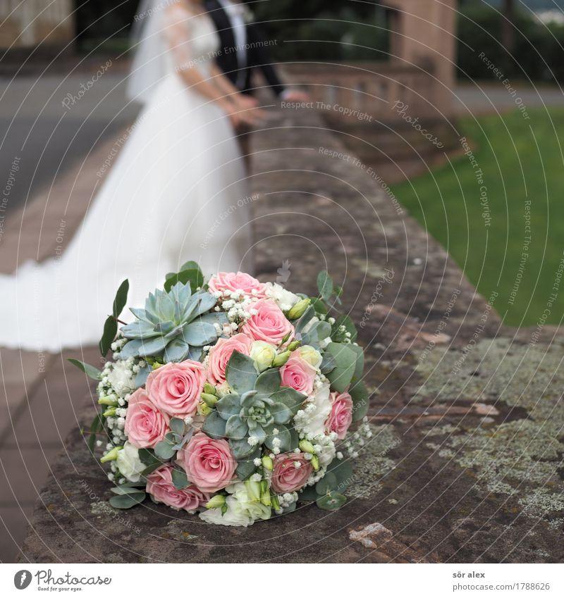 Deko Mensch maskulin feminin Frau Erwachsene Mann Paar Partner Leben 2 Blume Blumenstrauß Mauer Brautkleid Glück positiv Gefühle Lebensfreude Frühlingsgefühle