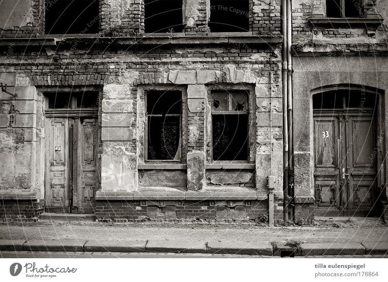 leblos alt weiß Stadt Haus schwarz dunkel kalt Wand Fenster Stein Mauer Gebäude dreckig Fassade kaputt authentisch