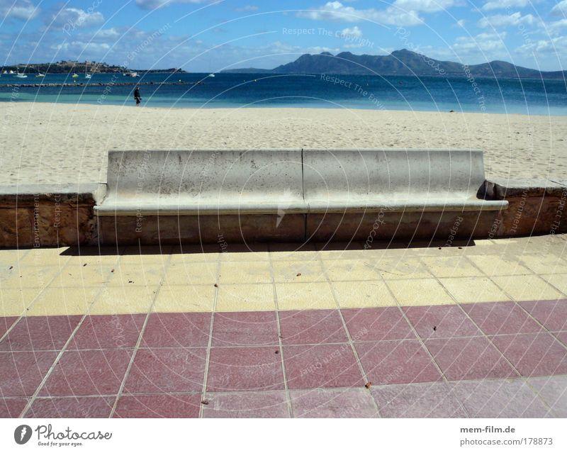 bank Meer blau rot Sommer Strand Ferien & Urlaub & Reisen gelb Stein Beton Pause Bank Bürgersteig Spanien Mallorca Promenade Süden