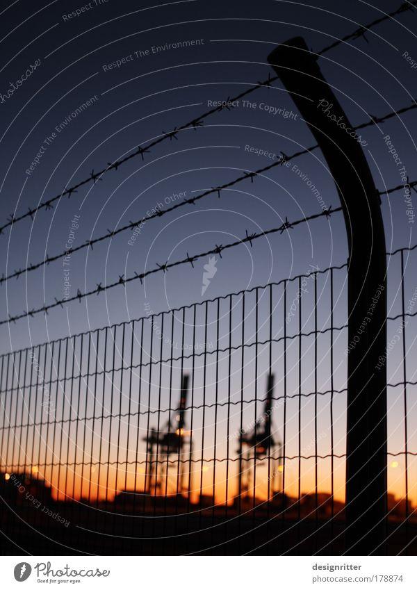 Import / Export dunkel Wasserfahrzeug Güterverkehr & Logistik Hafen geheimnisvoll Dienstleistungsgewerbe Zaun Wirtschaft Handel Schifffahrt Draht Kran Verbote