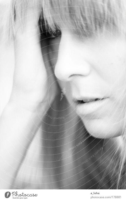 *** feminin Junge Frau Jugendliche Auge Nase Mund 18-30 Jahre Erwachsene blond langhaarig Pony atmen beobachten berühren Blick träumen schön natürlich dünn