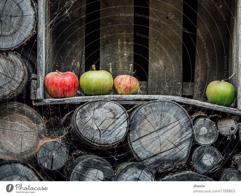 Herbst Lebensmittel Frucht Apfel Ernährung Bioprodukte Vegetarische Ernährung Holzkiste Brennholz Holzstapel Gesundheit lecker natürlich genießen Farbfoto
