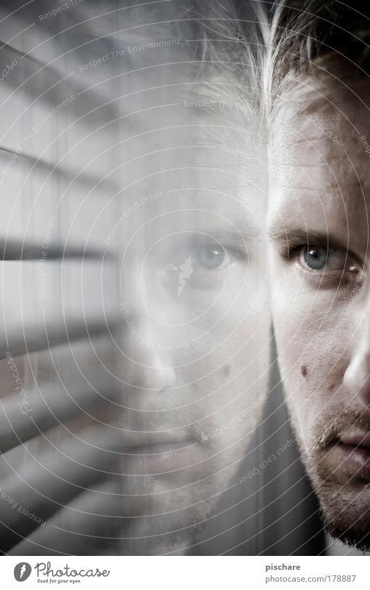 Verfolgungswahn Mann Gesicht Auge Einsamkeit dunkel Gefühle Blick warten Erwachsene Porträt maskulin beobachten Neugier Kontrolle Wachsamkeit Schüchternheit