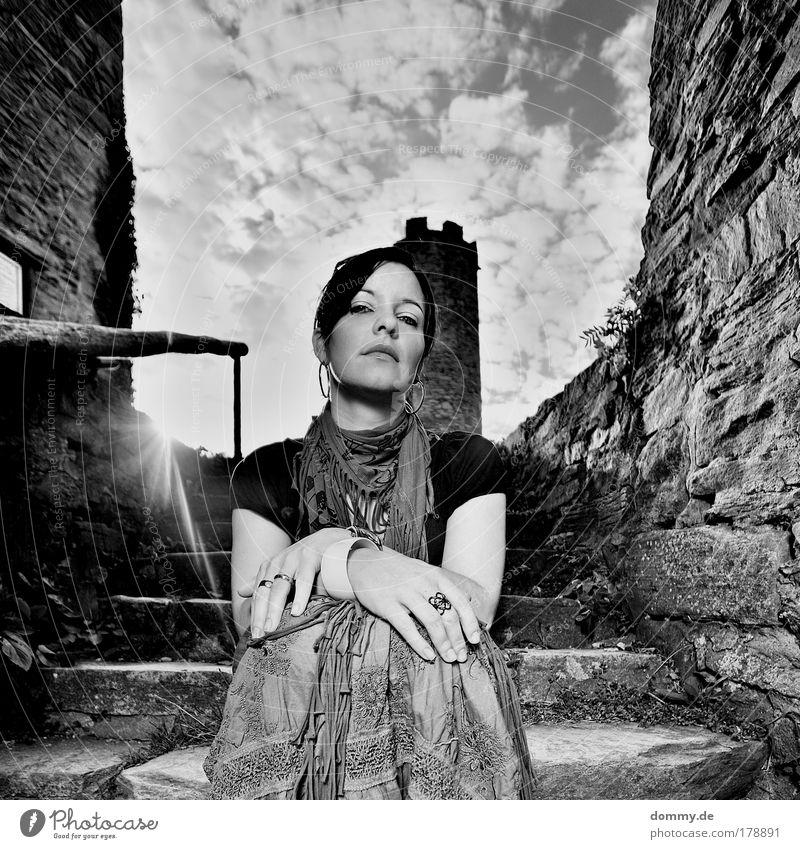 princess Frau Mensch Natur Jugendliche Sommer Erwachsene Gesicht feminin Wärme Denken Zufriedenheit sitzen Treppe Coolness Niveau 18-30 Jahre