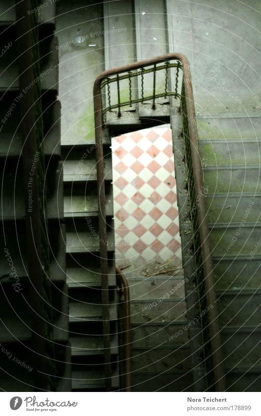 Damals ... alt Einsamkeit Haus Tod Architektur grau Gebäude träumen dreckig Treppe gefährlich Bodenbelag Wandel & Veränderung bedrohlich Vergänglichkeit Trauer
