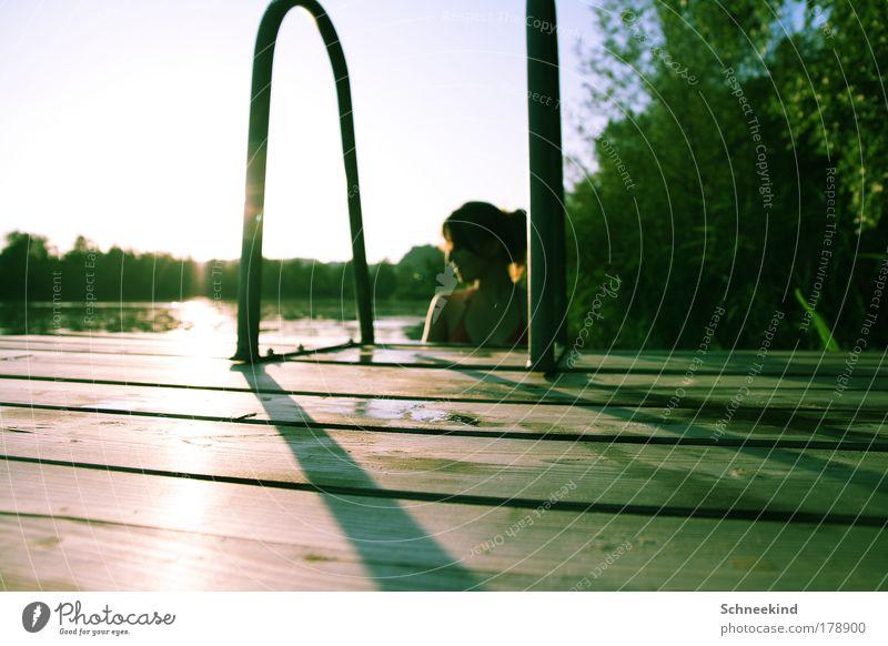Freizeitgestaltung Mensch Natur Jugendliche Wasser grün schön Baum Pflanze Sommer Freude ruhig Erwachsene Ferne Erholung feminin Umwelt