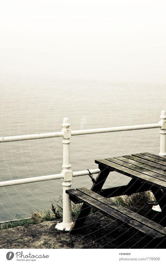 weiß Wasser alt Meer dunkel kalt Herbst Küste Nebel Tisch Aussicht Seeufer Unwetter Geländer Nordsee mystisch
