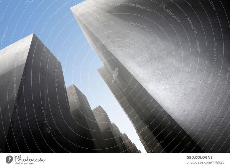 Wächter der Vergangenheit Himmel blau Stadt Sommer schwarz dunkel Gefühle Berlin Architektur grau Fassade Beton groß außergewöhnlich bedrohlich abstrakt