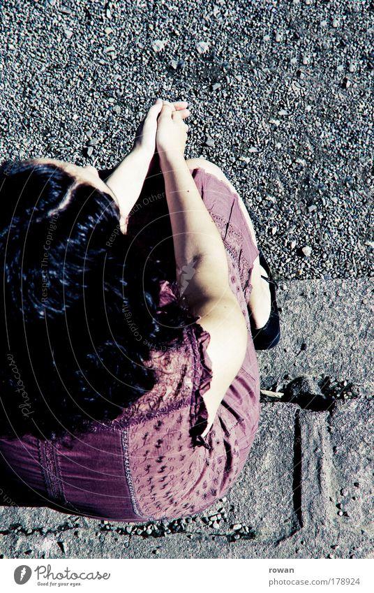 warten Farbfoto Außenaufnahme Textfreiraum rechts Textfreiraum oben Tag Mensch feminin Frau Erwachsene 1 violett sitzen geduldig Kleid retro altehrwürdig grau