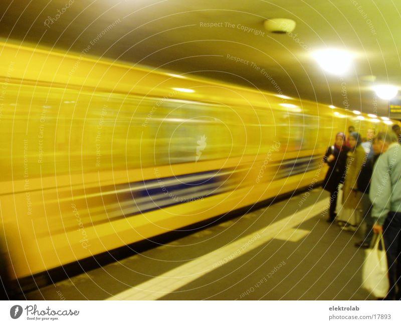 waiting for a train Berlin Bewegung orange Verkehr Eisenbahn U-Bahn Untergrund Bahnsteig