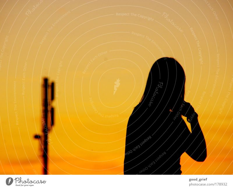 immer erreichbar Frau Kind Jugendliche Mädchen Wolken Erwachsene Erholung gelb feminin Umwelt Landschaft Kopf Haare & Frisuren Telefon Arme modern