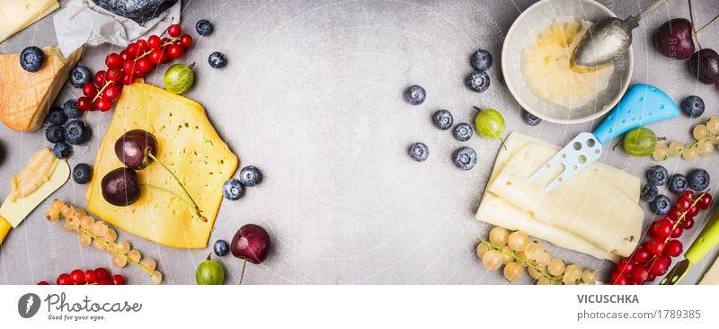 Verschiedene Käse mit Beeren und Honig Lebensmittel Milcherzeugnisse Frucht Dessert Marmelade Ernährung Frühstück Bioprodukte Geschirr Messer Stil Design