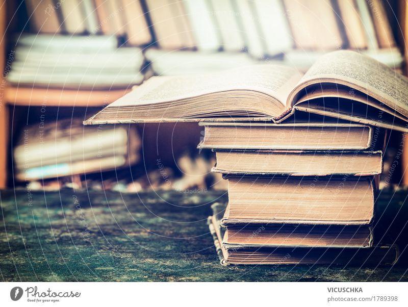 Geöffnete Bücher auf dem Tisch in Bibliothek Stil Design lesen Wohnung Bildung Wissenschaften Schule lernen Klassenraum Prüfung & Examen retro altehrwürdig Buch