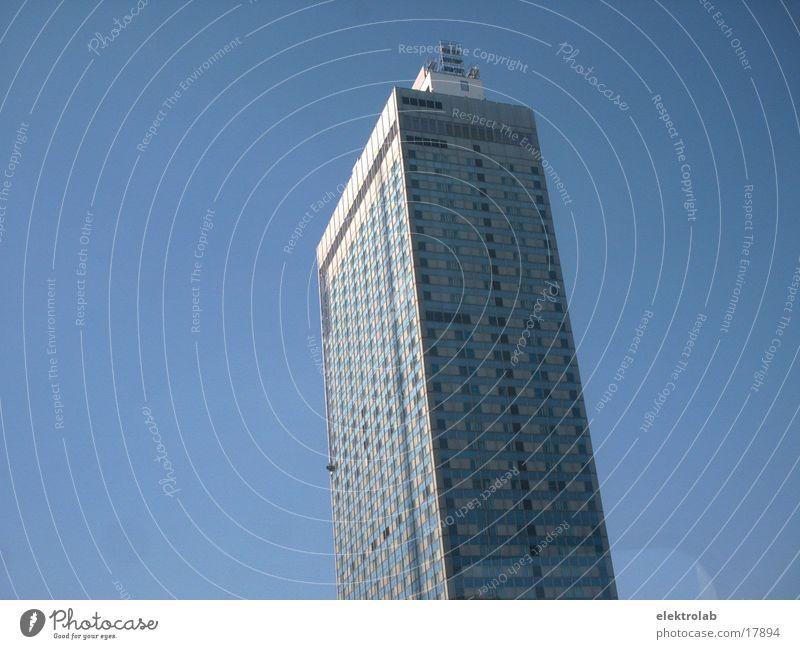 Berlin Alexanderplatz weiß blau Architektur Hochhaus Hotel