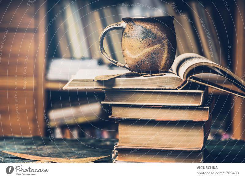 Tasse mit heißem Getränk auf dem Bücherstapel Heißgetränk Kaffee Tee Lifestyle Stil Leben Häusliches Leben Bildung lernen retro Design altehrwürdig Buch