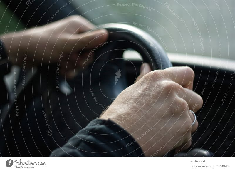 driving Farbfoto Nahaufnahme Makroaufnahme Unschärfe Möbel Hand Verkehr Verkehrsunfall PKW Lastwagen fahren festhalten Geschwindigkeit Kontrolle Perspektive