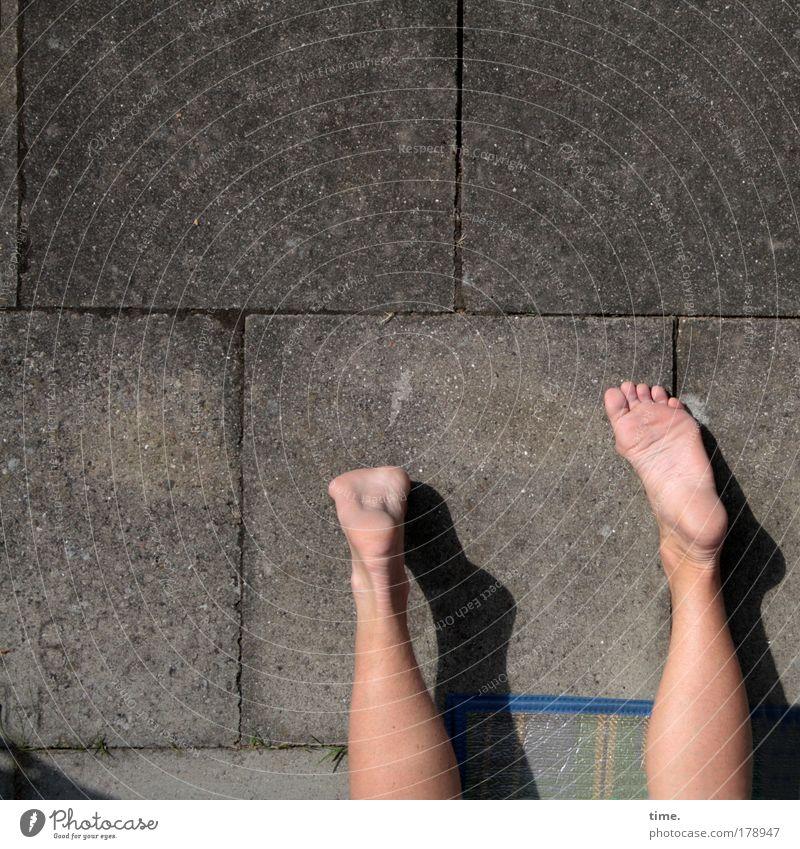 Sommer vorm Beton Beine Fuß liegen Garten Erholung Betonplatte Matten ausruhen Haut Spielen Fußsohle Fuge genießen Textfreiraum oben zwei Paar Barfuß