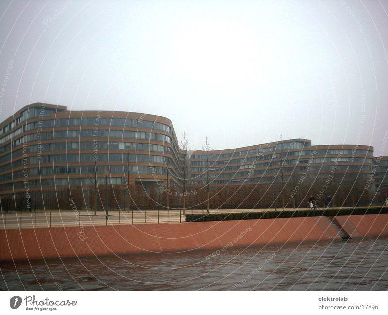 beamtenschlange rot Backstein Uferpromenade grau Architektur postmodern Berlin spreeufer himmerl