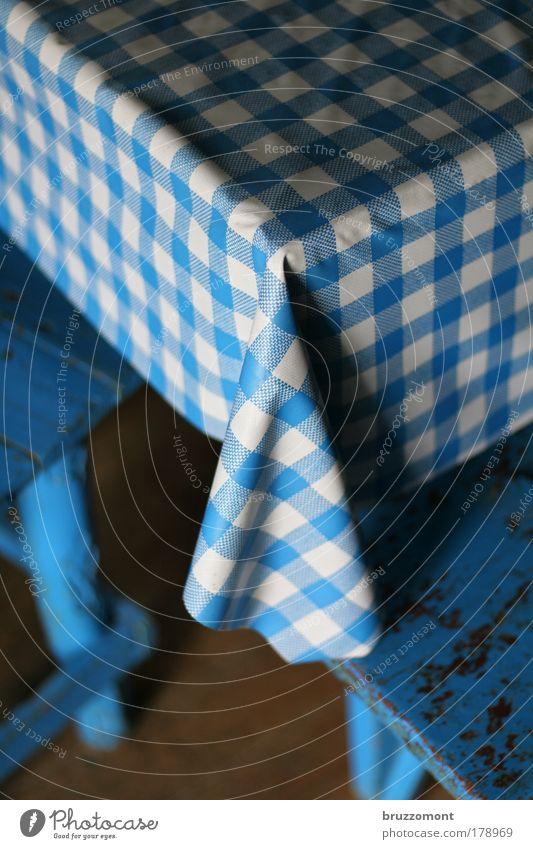 Tisch und Bänke blau Holz Wohnung Tisch Ecke Küche Häusliches Leben Innenarchitektur Möbel Kunststoff Geborgenheit kariert würfeln Küchentisch