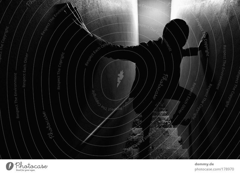 break Schwarzweißfoto Außenaufnahme Nacht Kunstlicht Schatten Kontrast Silhouette Gegenlicht Low Key Vogelperspektive Weitwinkel maskulin Mann Erwachsene 1