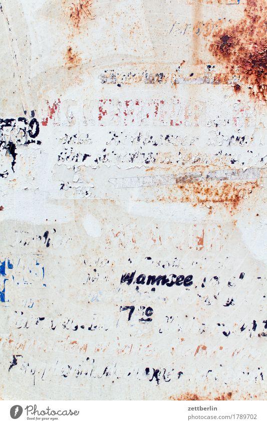 Fahrplan wegfahren Abfahrt verfallen abblättern alt Etikett Beschriftung Buchstaben Hinweisschild Warnhinweis Information Kommunizieren Menschenleer Rost
