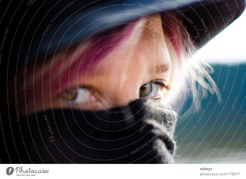 Es wird kälter. Junge Frau Jugendliche Gesicht Kultur Mode Kopftuch beobachten selbstbewußt Akzeptanz Toleranz Neugier Traurigkeit Trauer Stolz kalt vermummt
